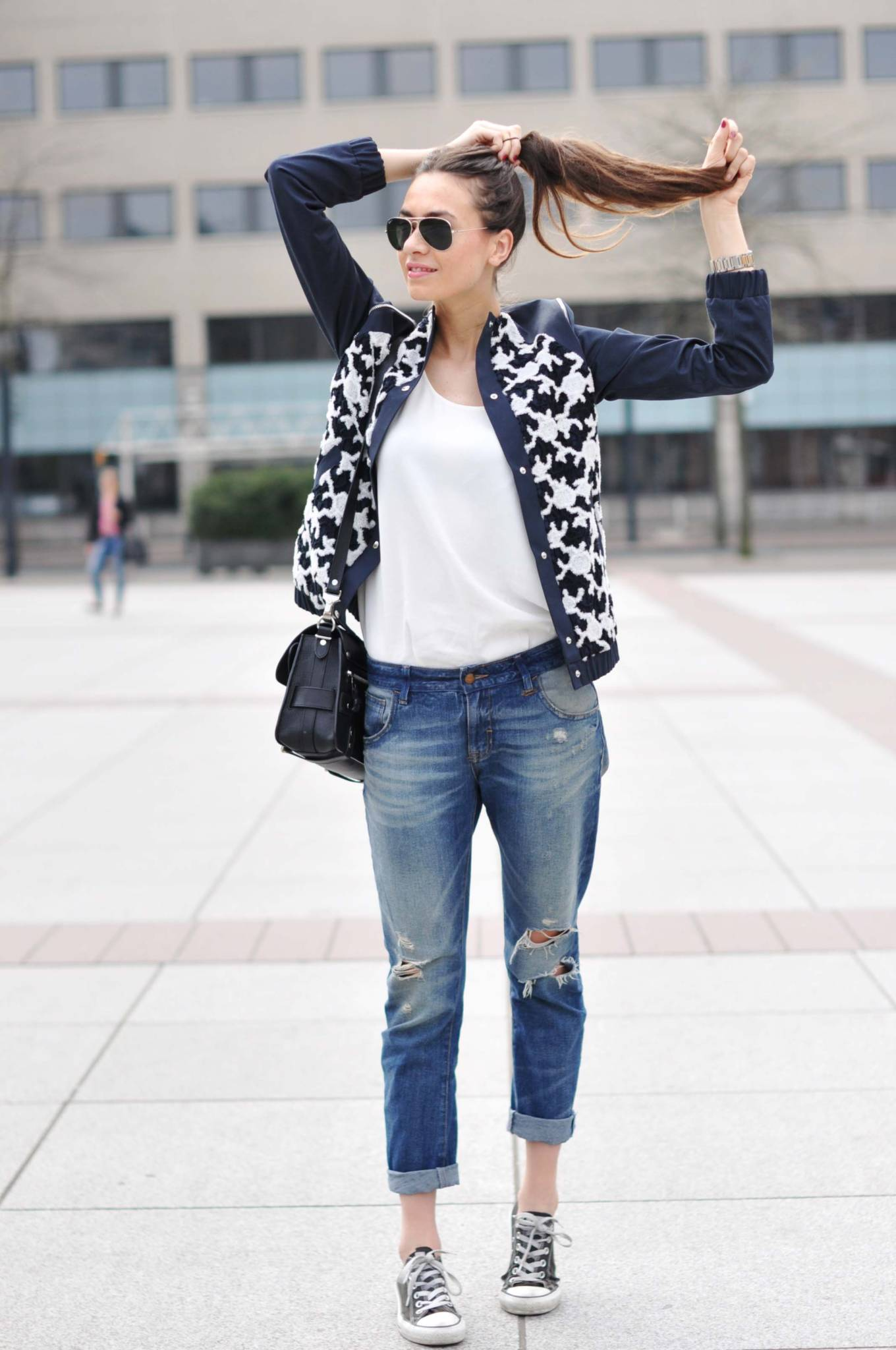 http://mckela.com/wp-content/uploads/2016/08/ripped-jeans-and-converse-sneakers.jpg